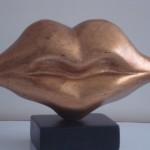 Labios dorados - pino oregón con acabado en pan de bronce, 20 x 35 x 12 cm.