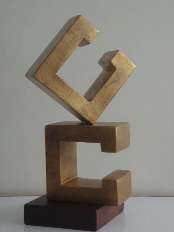 Letra - pino oregón y acabado en pan de bronce, 46 x 27 x 10 cm.