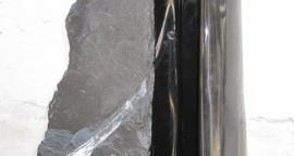 S/T 84 x 50 x 40 cm. 2 piezas de marmol con incrustacion de piedra de huamanga