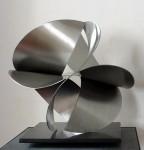 """Sylvie Priou - """"Hélice"""", acero inoxidable con base de cuarzo negro, 35 x 40 x 40 cm."""