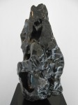 Montaña - Alabastro sobre base de acero, 68 x 30 x 32 cm.
