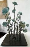 Maricruz Arribas - Flores, metal y vidrio 30 x 30 x 55 cm.